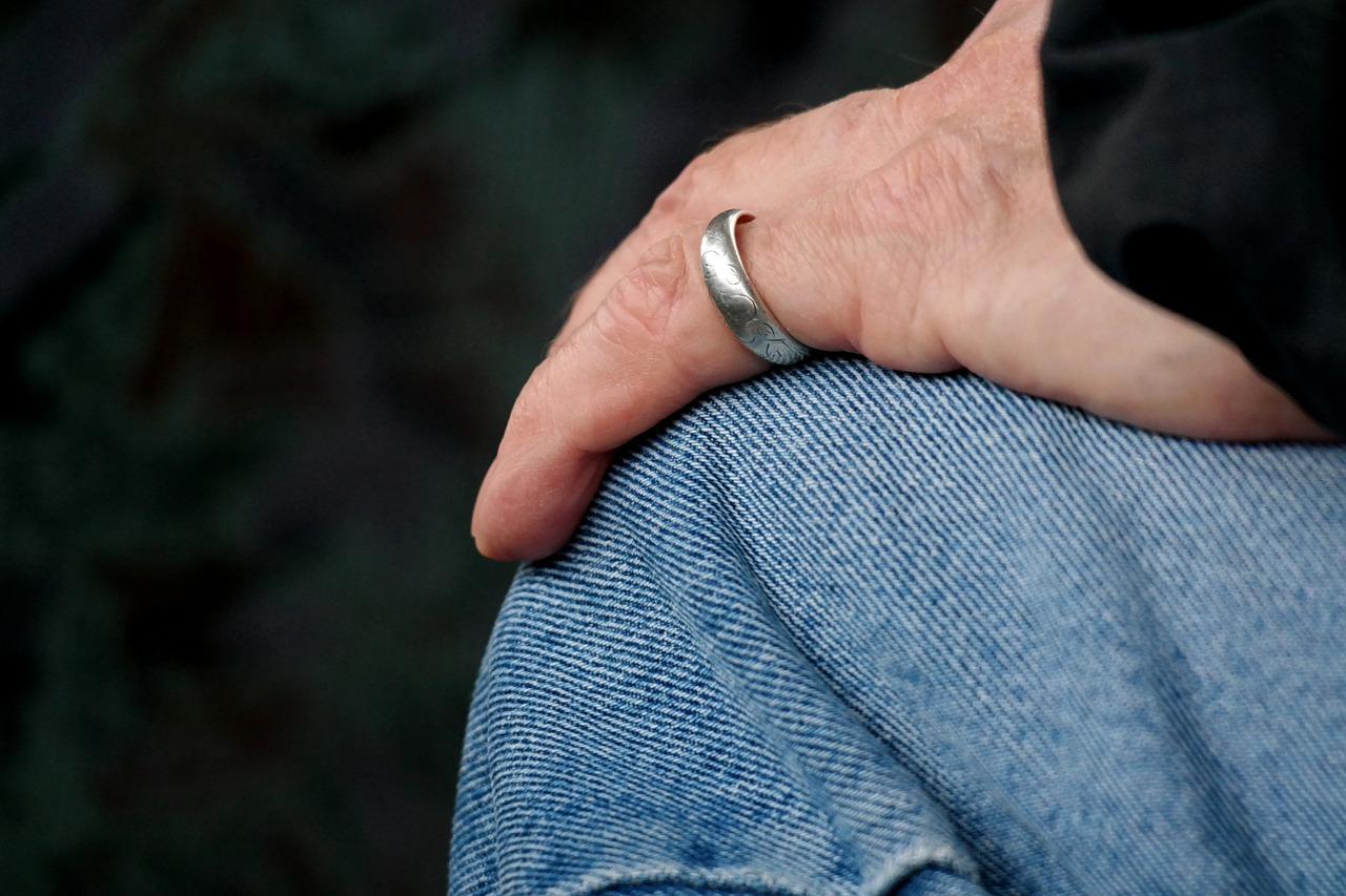 une main avec une bague
