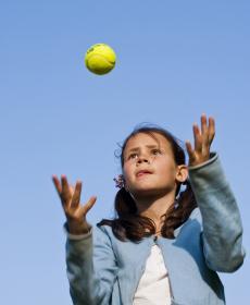 enfant et balle de tennis