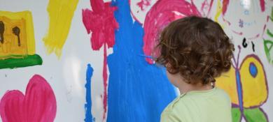 enfant qui peind