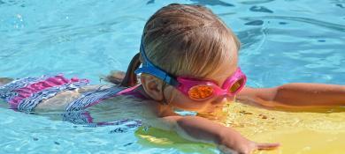 enfant qui nage